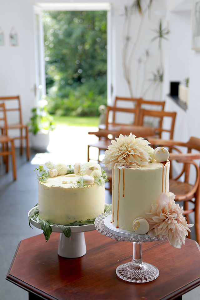 Summer wedding cake with dahlia flowers and macarons